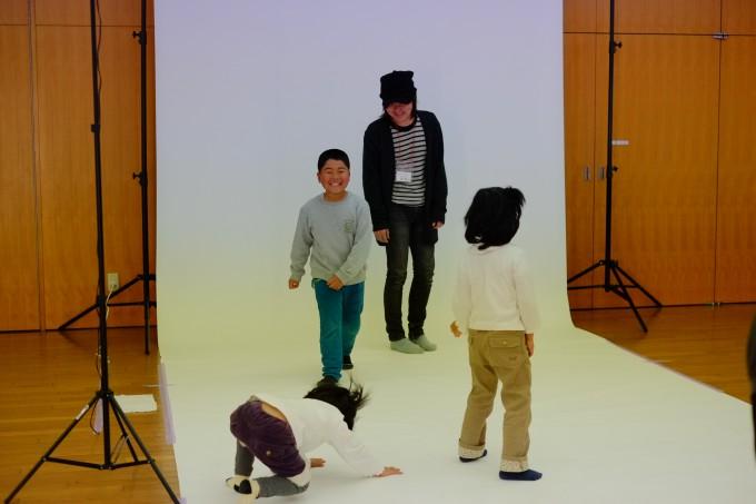 子供と遊ぶカメラマン