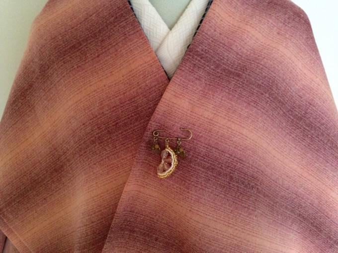 冬の着物にショールとブローチ