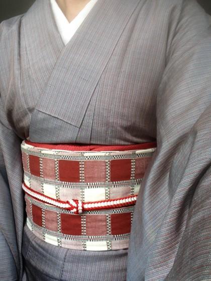 こんな着物コーディネイト…グレーの無地風紬に赤い市松の木綿帯
