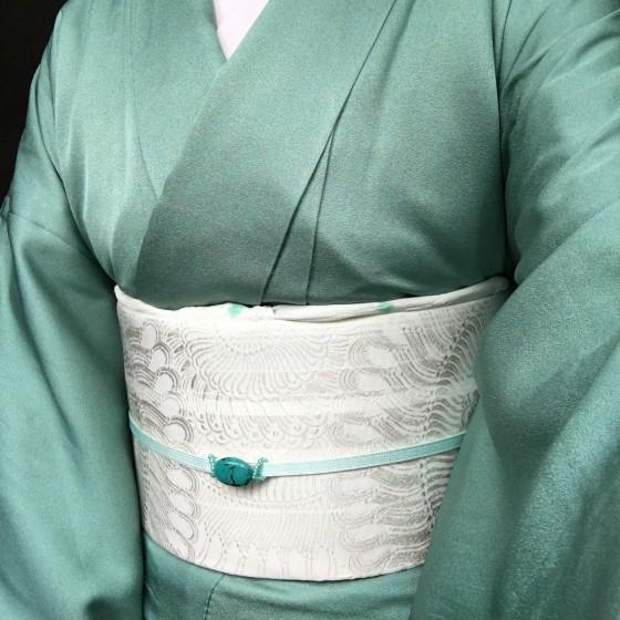 エメラルドグリーンの単衣着物にトルコ石の帯留め