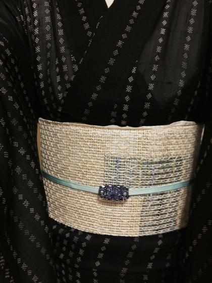こんな着物コーディネイト…黒地の絹芭蕉、羅帯にビーズの帯留めで